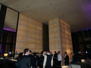 interno Bamboo bar con elementi di arredo alle pareti in marmo sottile trasparente
