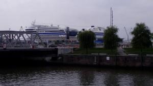 Kreuzfahrtschiff. Nave da crociera nel porto.