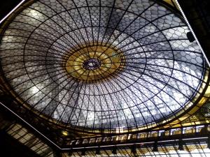 La bellissima cupola in stile liberty nella sala conferenze di Palazzo Edison